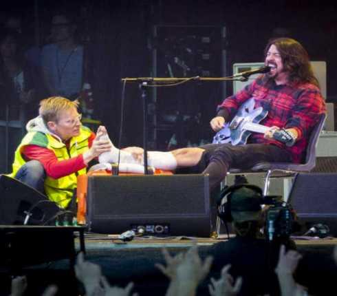 FOO FIGHTERS: Dave Grohl si rompe una gamba sul palco e continua a suonare
